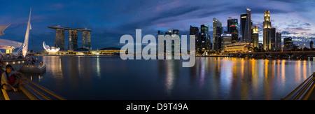 Lo skyline di notte dall'Esplanade con Marina Bay (sinistra) e il quartiere centrale degli affari (a destra), Singapore Foto Stock
