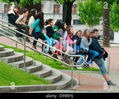 L insegnante e gli studenti giocano sulla ringhiera, Museo Guggenheim, Bilbao, Spagna Foto Stock