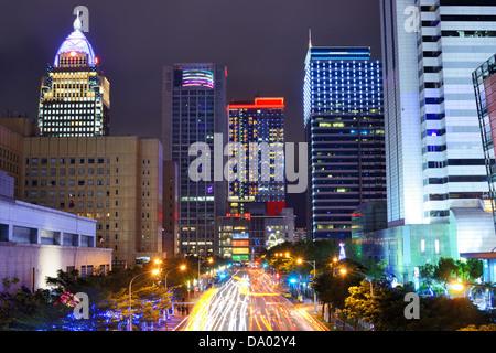 Taipei, Taiwan cityscape di Xinyi il quartiere finanziario. Foto Stock