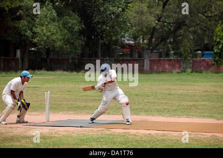 Battitore Che Colpisce Palla Durante Cricket Match