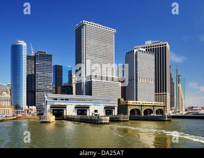 La parte inferiore di Manhattan grattacieli vista dal porto di New York. Foto Stock