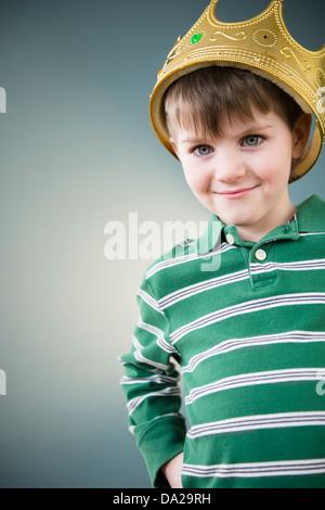 Ritratto di ragazzo (4-5) che indossa la corona Foto Stock
