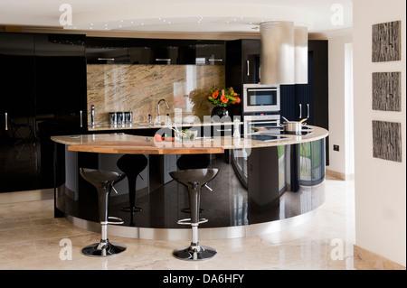 Cucina moderna con isola centrale unit unit di legno - Sgabelli per cucina moderna ...
