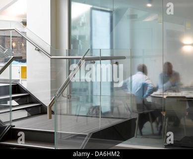 Argent uffici, Londra, Regno Unito. Architetto: Morey Smith, 2013. Vista interna che mostra gradino con sale riunioni Foto Stock