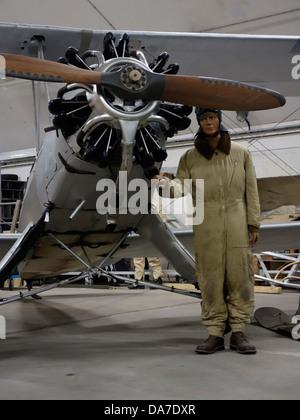 Modello fittizio aviatore e vecchio biplano tedesco macchina con Siemens-Halske Sh 14 motore radiale. Foto Stock