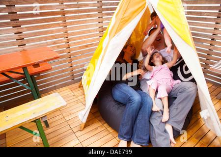 Famiglia giocando in tenda Foto Stock