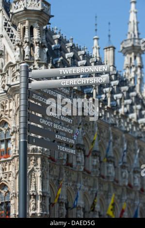 Cartello di fronte al municipio gotico al Grote Markt / piazza principale del mercato, Leuven / Louvain, Belgio Foto Stock