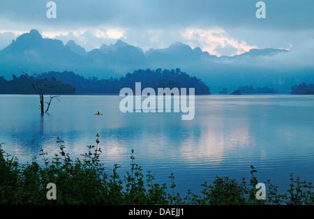 Vista sul lago di Chio Lan all'alba , della Thailandia, Khao Sok National Park Foto Stock