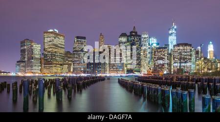 Inferiore dello skyline di Manhattan da tutta l'East River in New York City. Foto Stock
