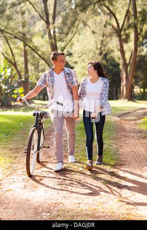 Giovane e bella giovane adolescente passeggiate al parco