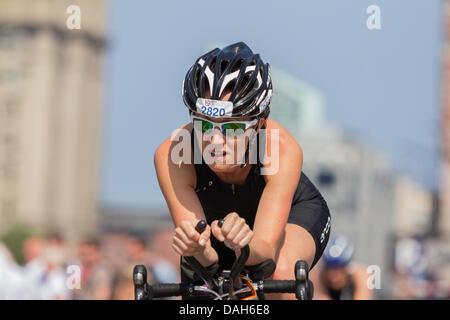 Liverpool, Regno Unito. 13 luglio 2013. Gli atleti prendono parte alla Age-Group distanza Standard Triathlon campionati Foto Stock