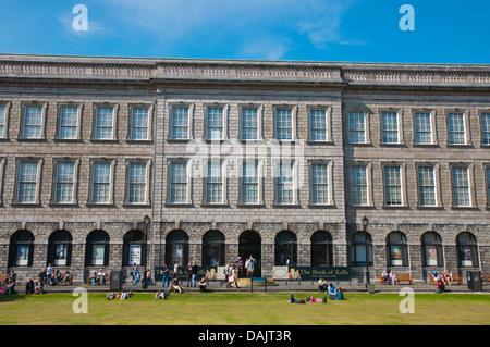 Il vecchio edificio della libreria contenente il Libro di Kells i borsisti square Trinity college university area Foto Stock