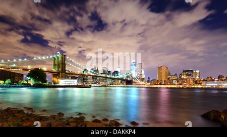 La parte inferiore di Manhattan skyline visto da Brooklyn a New York City. Foto Stock
