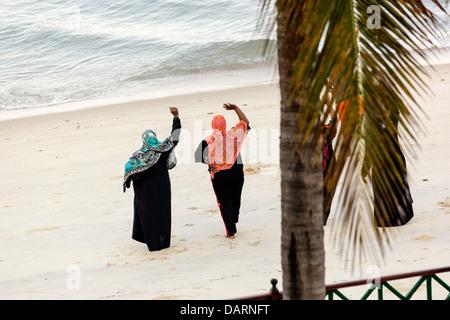 Africa, della Tanzania, Zanzibar, Stone Town. I residenti di Stone Town facendo il loro esercizi del mattino sulla Foto Stock