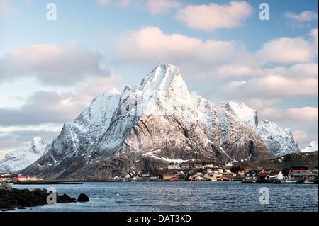 Una vista di Olstind e il villaggio di Reine sulle Isole Lofoten in Norvegia