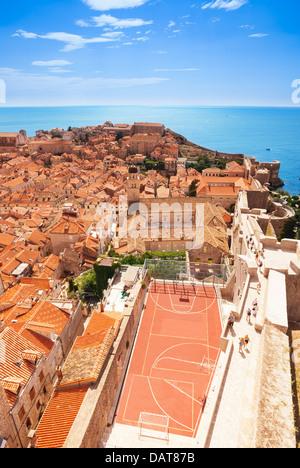 La città vecchia di Dubrovnik e molto inusuale campo da pallacanestro vista da parete Foto Stock