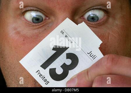 Calendario Luglio 2007.6 Luglio Data Di Calendario In Molte Lingue E Pietre Foto