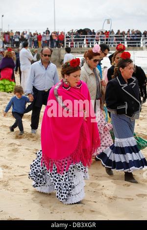 Femmina pellegrini cattolici che indossano gypsy Flamenco abiti di stile che viaggiano attraverso il parco di Donana di El Rocio in Spagna Foto Stock