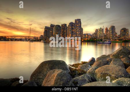 Il centro di Vancouver al tramonto, visto da False Creek (British Columbia, Canada) Foto Stock