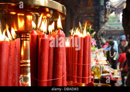 Candele a tempio Longshan in Taipei, Taiwan. Foto Stock