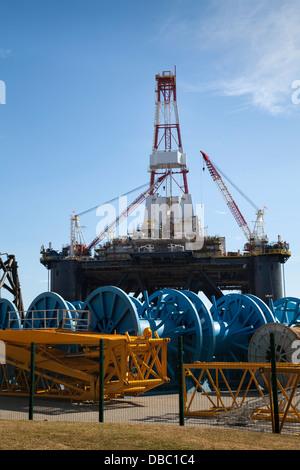 Sedco 712 Rig di proprietà di Transocean Inc. Semisub un impianto di perforazione a Invergordon, Cromarty Firth, Scotland, Regno Unito