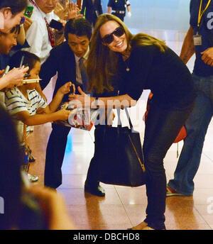 Tokyo, Giappone. Il 28 luglio 2013. Angelina Jolie e Brad Pitt e Angelina Jolie e i loro figli Pax, Knox e Vivienne Foto Stock