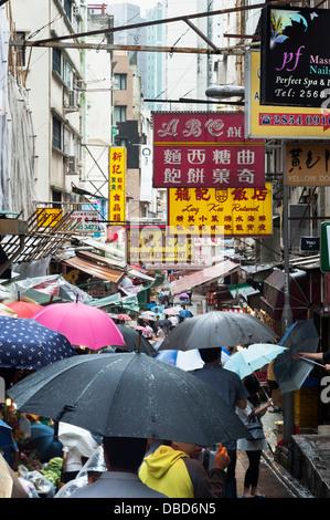 Ombrelli sotto la pioggia su Gage Street, Quartiere Centrale, Isola di Hong Kong Foto Stock