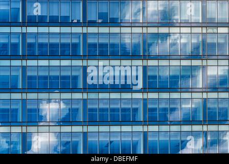 Una città immagine astratta.nuvole riflessione in una griglia architettoniche di un edificio moderno Foto Stock