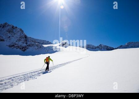 Sciatore camminare sul ghiacciaio Stubai, Tirolo, Austria Foto Stock