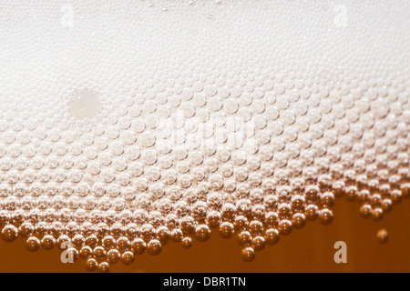 Close up di birra bollicine nel vetro Foto Stock