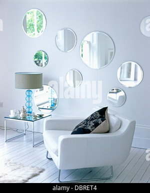 Collezione di specchi circolari sulla parete in soggiorno ...