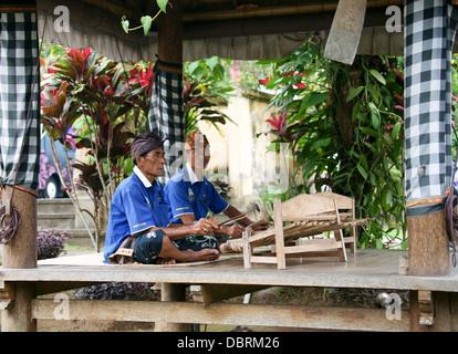 Gli uomini che giocano gambang kayu Foto Stock