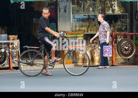 Strada tipica scena di vita a Bangkok, in Thailandia Foto Stock