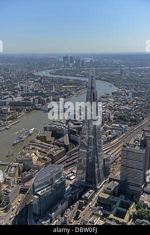 Fotografia aerea di Londra guardando dal Shard verso est lungo il fiume Tamigi con il Tower Bridge e da Canary Wharf Foto Stock