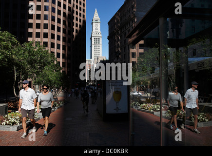La gente camminare sulla strada statale con il Custom House Torre in background sul Freedom Trail, Boston, Massachusetts Foto Stock