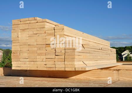Close-up di una pila di legname / legno per costruzione, sfondo Foto Stock