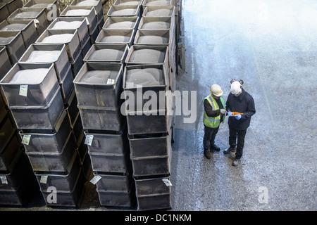 Monitoraggio dei lavoratori nelle casse della graniglia metallica in fonderie di acciaio Foto Stock