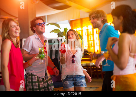 Gruppo di amici Ballare in bar Foto Stock