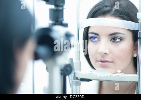Giovane donna avente un esame degli occhi Foto Stock