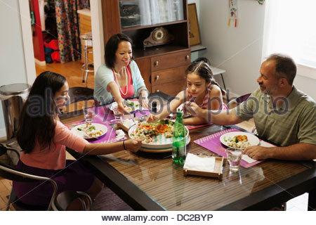 Famiglia avente un pasto insieme Foto Stock