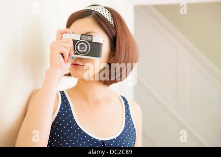 Donna prendendo fotografia Foto Stock