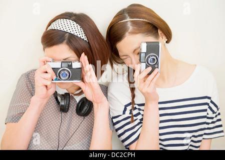 Due donne che assumono fotografia Foto Stock