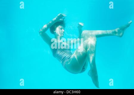 Donna nuoto sott'acqua Foto Stock