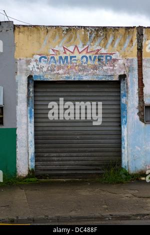Un metallo porta di garage con le parole 'Game Over' al di sopra di essa in Paraty, RJ, Brasile, febbraio 2013. Foto Stock