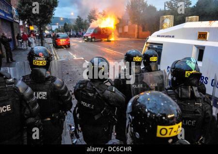 Belfast, Irlanda del Nord. 9 agosto 2013 - PSNI ufficiali in tenuta da sommossa guardare come una folla di i manifestanti avevano appiccato il fuoco ad un furgone sulla Shankill Road, Belfast Credit: stephen Barnes/Alamy Live News