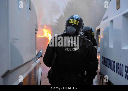 Belfast, Irlanda del Nord. 9 agosto 2013 - PSNI ufficiali guardare dopo una folla di protestare lealisti avviare una sommossa contro la polizia e impostare un furgone sul fuoco a Belfast Credit: stephen Barnes/Alamy Live News