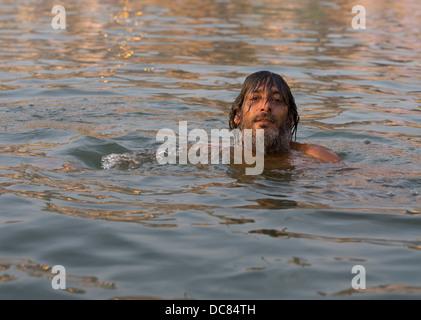 Ritratto di uomo nuoto / la balneazione nel fiume Gange ( Varanasi ) Foto Stock