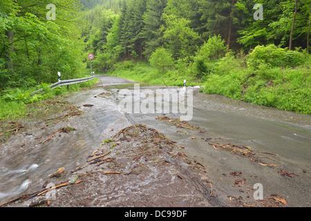 Strada nella regione di Harz coperto di acqua e detriti dopo forti precipitazioni Foto Stock