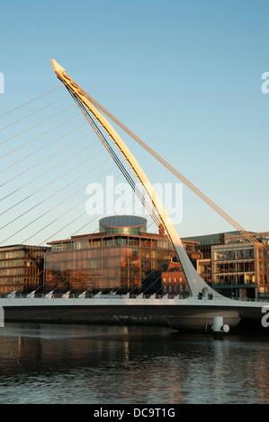 Samuel Beckett Bridge è un cavo ponte alloggiato in Dublino