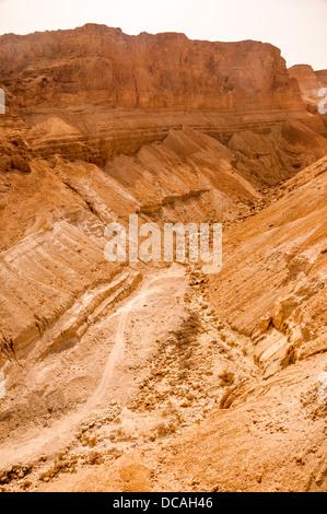 La formazione di roccia Judaean nel deserto vicino a Masada in Israele. Foto Stock